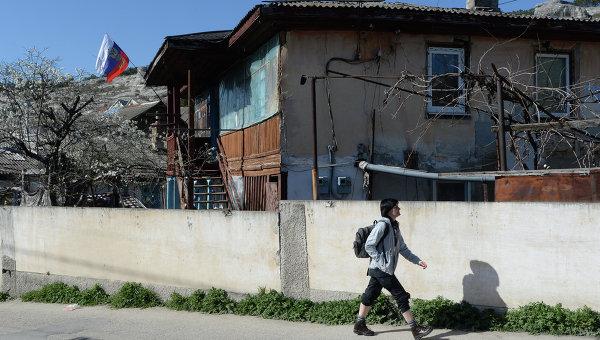 Дом, на котором вывешен российский флаг, на одной из улиц Бахчисарая, архивное фото