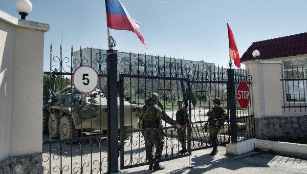 Военнослужащие в районе военной части у аэропорта Бельбек. архивное фото