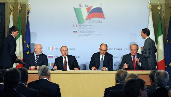 Президент России Владимир Путин (третий слева) и председатель Совета министров Италии Энрико Летта (третий справа) во время церемонии закрытия Российско-итальянского бизнес-форума в Триесте, 26 ноября 2013