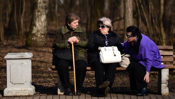 Пожилые женщины отдыхают на скамейке в парке Кузьминки-Люблино, архивное фото