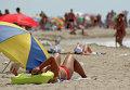 Женщина отдыхает на пляже в Крыму