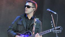 Музыкант Вячеслав Бутусов выступает на концерте, архивное фото