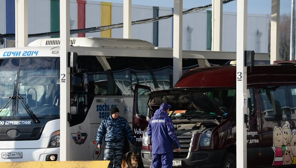 Досмотр транспорта при въезде в Олимпийский парк в Сочи.
