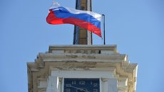Часы на башне драматического театра на площади Ушакова в Севастополе. Архивное фото