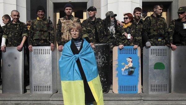 Возле здания Верховной рады в Киеве. 28 марта 2014