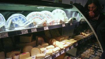 Разные сорта сыра на прилавке супермаркета. Архивное фото