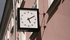 Уличные часы. Архивное фото