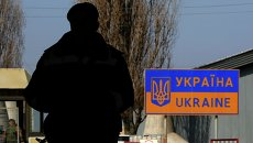 Украинский пограничник на российско-украинской границе в районе села Успенка