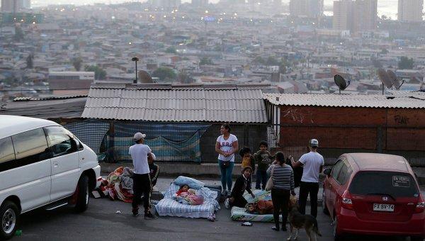 Жители чилийского города Икике ночуют на улице после землетрясения в ночь на среду