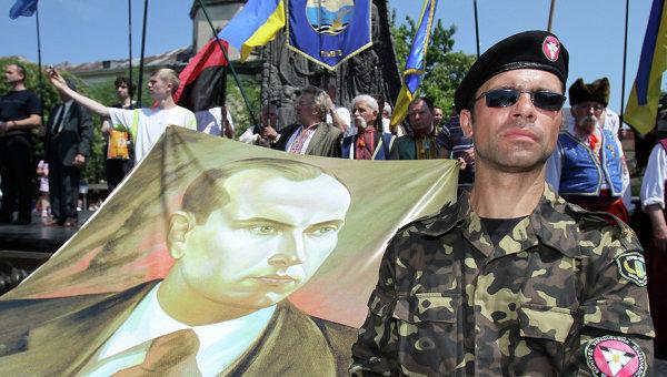 Представитель Конгресса украинских националистов с портретом Степана Бандеры. Архивное фото