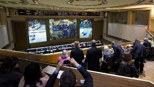 Во время связи с членами экипажа МКС в Центре управления полетами в Королеве. 28 марта 2014