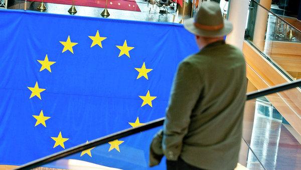 Мужчина смотрит на флаг Евросоюза. Архивное фото