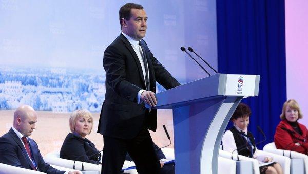 Председатель правительства РФ Дмитрий Медведев (в центре) выступает на заседании съезда депутатов сельских поселений от партии Единая Россия в Волгограде