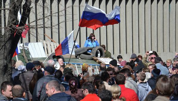 Сторонники референдума о статусе региона возле здания Службы Безопасности Украины в Луганске. Архивное фото