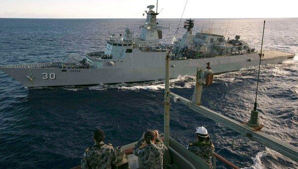 Австралийские военные корабли во время поисков пропавшего самолета авиакомпании Malaysia Airlines