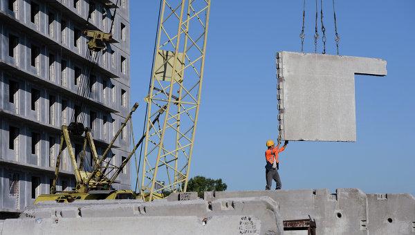 Рабочий на строительной площадке жилого массива. Архивное фото