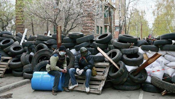 Сторонники федерализации Украины на баррикадах в Славянске, 13 апреля 2014