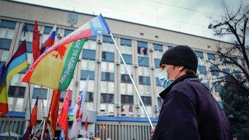 Сторонник федерализации Украины возле здания СБУ в Луганске