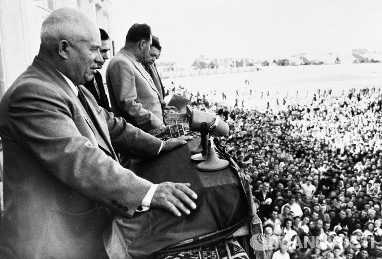 Никита Сергеевич Хрущев выступает на стадионе шахтерского поселка, 1956 год