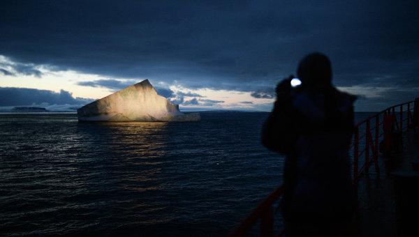Айсберг в Северном Ледовитом океане.