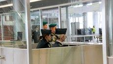 Паспортный контроль в международном аэропорту Львова, Украина