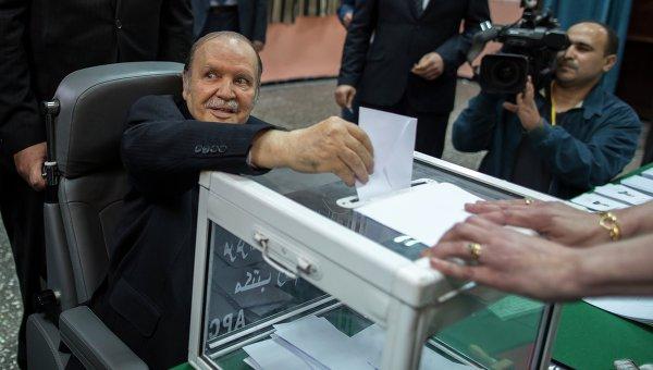 Президент Алжира Абдельазиз Бутефлика голосует на избирательном участке. 17 апреля 2014