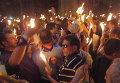 После схождения Благодатного огня в Иерусалиме паломники зажигают свечи
