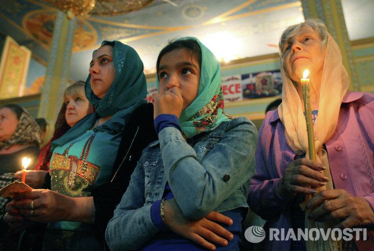 Верующие во время пасхального богослужения в церкви Михаила Архангела в городе Грозный в Чеченской Республике