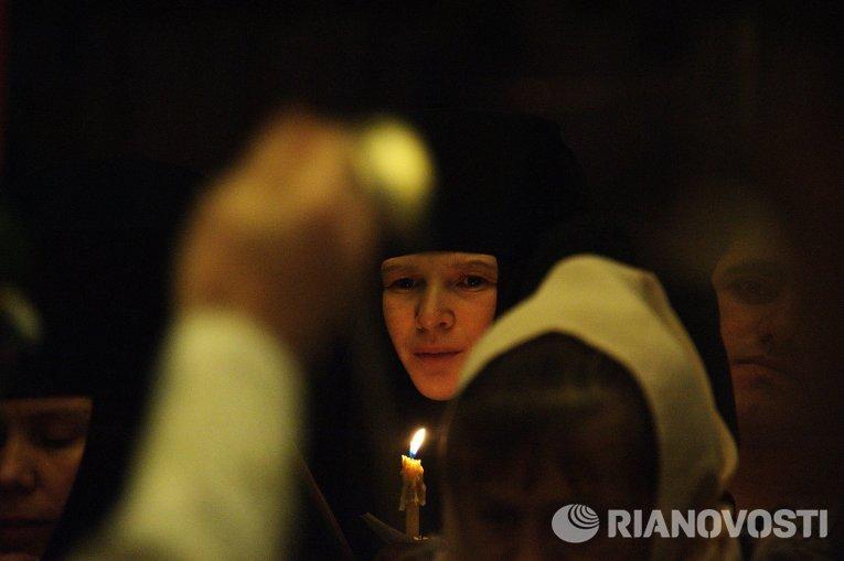 Монахиня на праздничном пасхальном богослужении в соборе Казанской иконы Божией матери в Чите