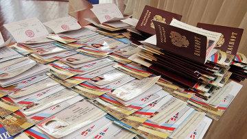 Паспорта Российской Федерации, приготовленные для вручения. Архивное фото