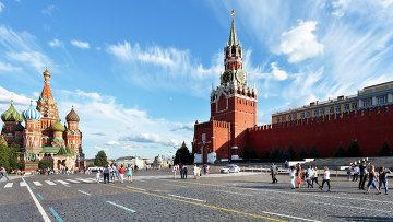 Люди гуляют по Красной площади в Москве. Архивное фото