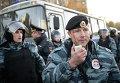 """Сотрудники полиции пресекают массовые беспорядки возле торгового центра """"Бирюза"""""""