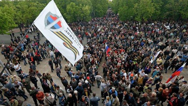 Cторонники федерализации Украины возле здания областной администрации Луганска