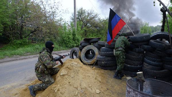 Представители сил самообороны Славянска на одном из блокпостов при въезде в Славянск