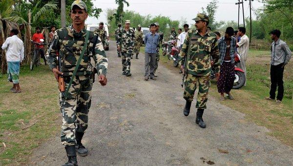 Патруль в штате Ассам в Индии после нападения на жителей окрестных деревень