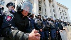 Украинская милиция перед Домом профсоюзов в Одессе, 3 мая 2014