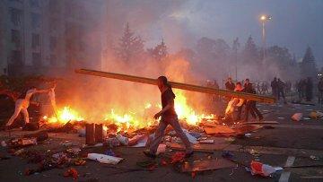 Горящий палаточный лагерь около Дома профсоюзов в Одессе