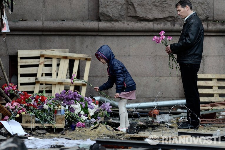 Цветы в память о погибших в результате пожара в Доме профсоюзов в Одессе