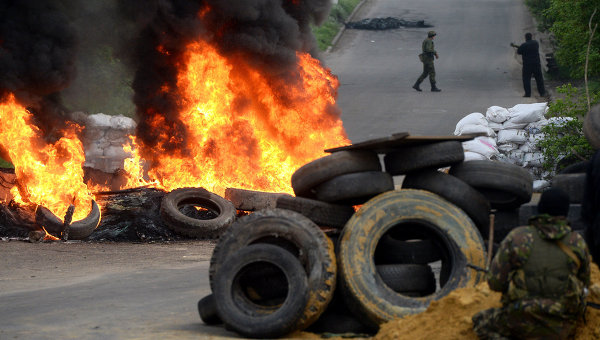 Представители сил самообороны Славянска на одном из блокпостов. Архивное фото