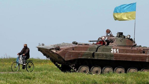 Украинские военные возле блокпоста в Мариуполе 7 мая 2014