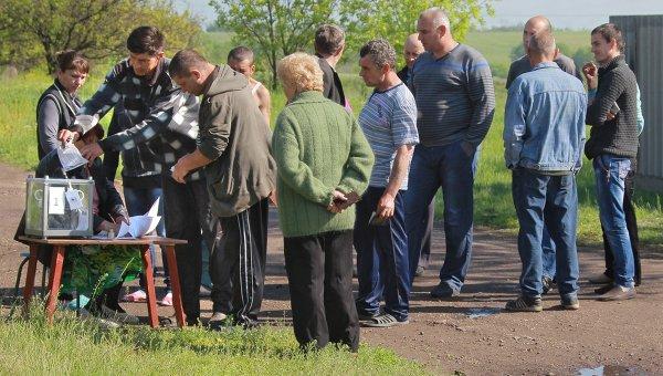 Местные жители в очереди во время выездного голосования на референдуме о статусе самопровозглашенной Луганской народной республики в селе Терновое под Луганском.