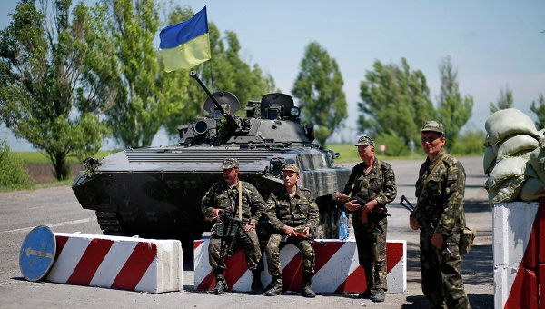 Украинские военные на блок-посту на окраине Мариуполя. Архивное фото.