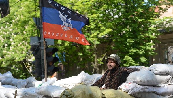 Активист сил самообороны под флагом ДНР. Архивное фото