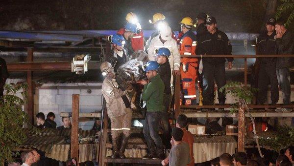 Спасатели работают на месте обрушения шахты в населенном пункте Сома, Турция