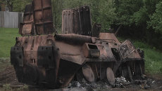 Сгоревший БТР и сожженный автомобиль. Съемка на месте боя под Краматорском