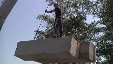 Участники самообороны Славянска построили блокпост из бетона и земли