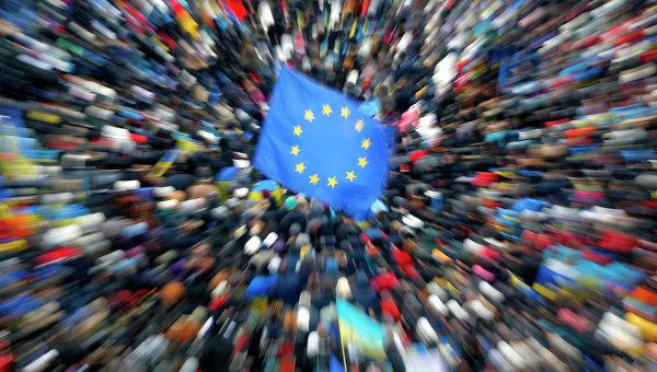 Флаги Евросоюза и Украины во время митинга на Площади независимости в Киеве. Архивное фото