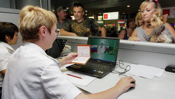 Работа мобильного пункта судебных приставов в аэропорту Шереметьево. Архивное фото