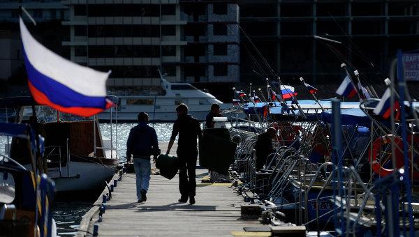 Российские флаги на яхтах, пришвартованных в Балаклаве.