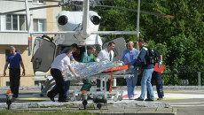 Транспортировка пострадавшего при столкновении поездов в Подмосковье. Архивное фото